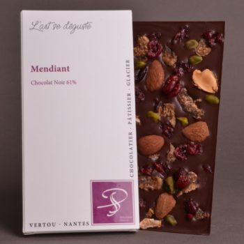 Tablette Mendiant Chocolat Noir Mendiant 61%, accompagnée de ses fruits secs Amande, Pistache, Figue et Cranberries
