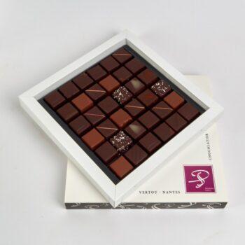 Coffret Grand Carré de 36 Bonbons de Chocolat en assortiment Noir et Lait, de Stéphane Pasco, Pâtissier Chocolatier à Nantes et Vertou